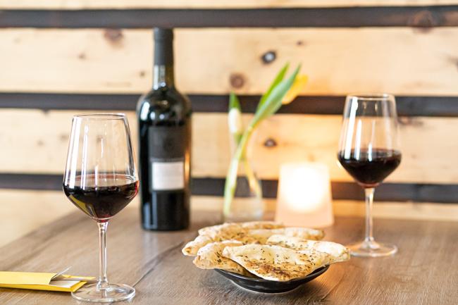 Italiaanse wijn en foccacia
